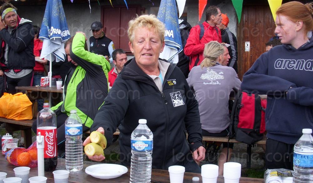 les benevoles seront encore a pied d oeuvre pour le bon deroulement de la course comme josiane serme - PRESENTATION DE LA MONTEE SALLANCHES-VARAN / 13-05-12