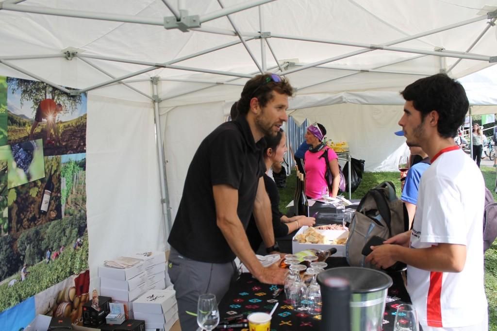 François D'Haene fait déguster son vin du Beaujola