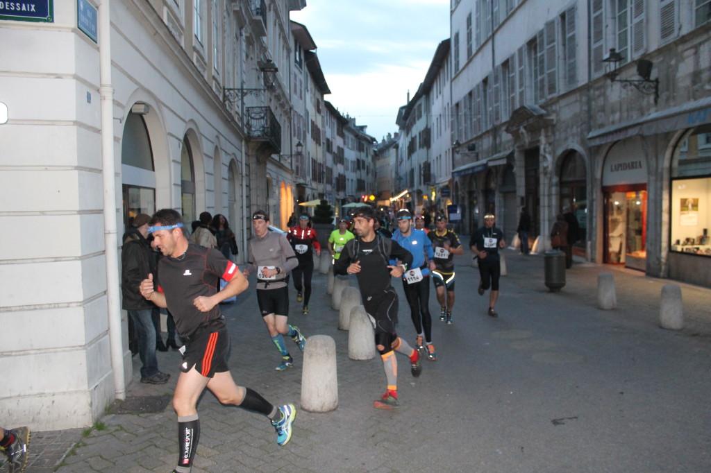 Passage Rue Croix dOr 1024x682 - TRAIL « LA CHAMBERIENNE » : ROBIN CATTET A EU CHAUD ! Résultats, compte rendu et photos (reportage « TPS Infos » d'Alexandre Garin) / 24-10-15