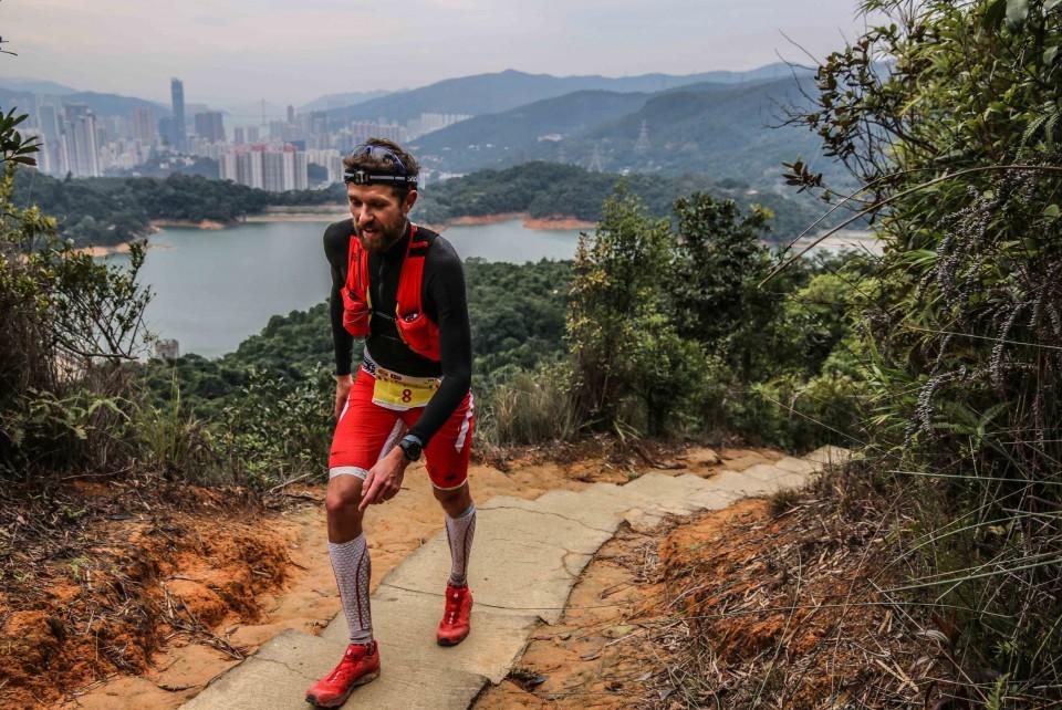 1 François DHaene vainqueur HK 100 photo Philipp Reiter pour Salomon Running 960x642 custom - UTWT 2016 : François D'Haene victoire et record sur le Vibram Hong Kong 100 ! (par Robert Goin)