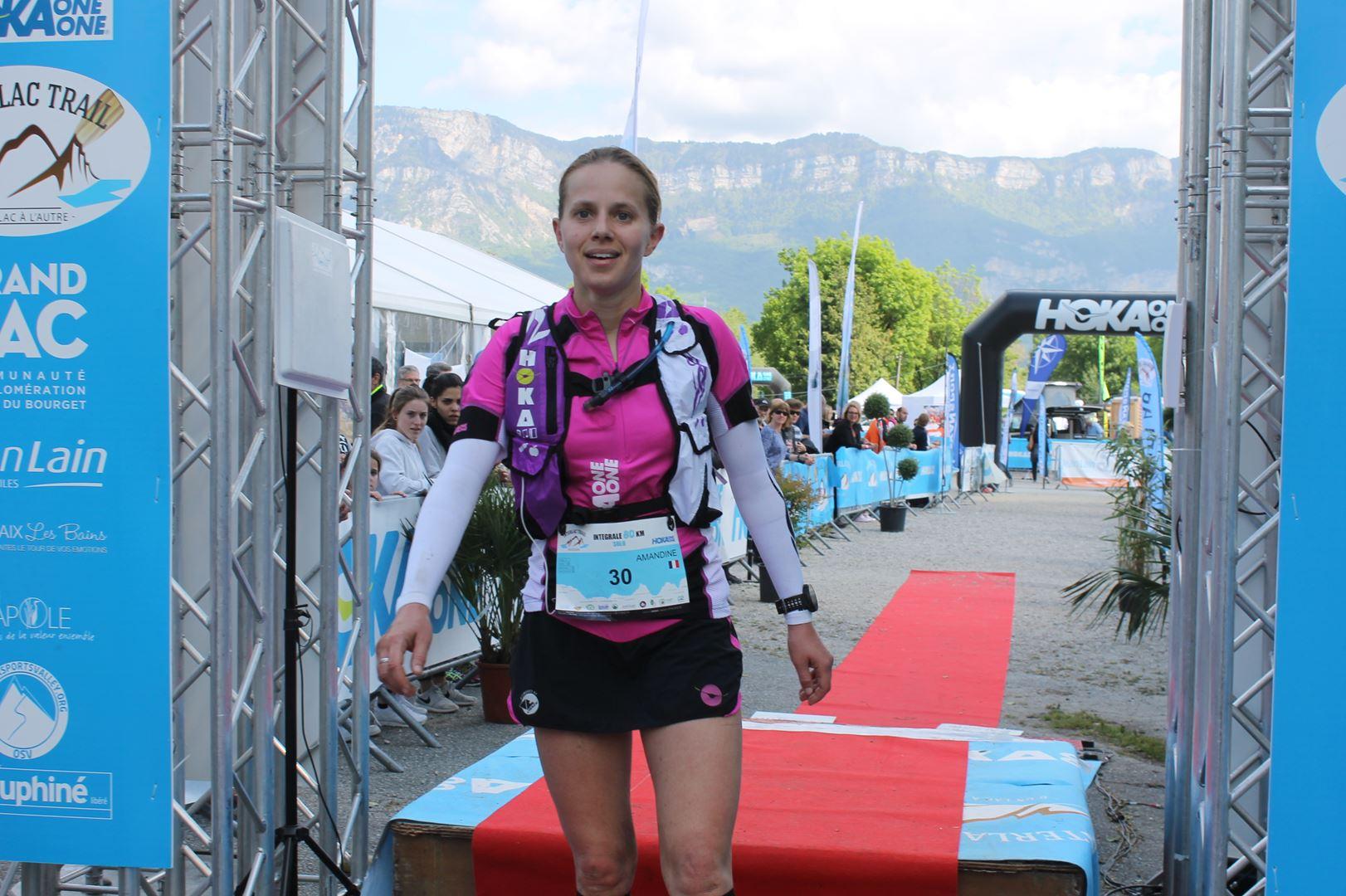 Arrivée d'Amandine Roux, team Hoka, 3ème femme surle 80km