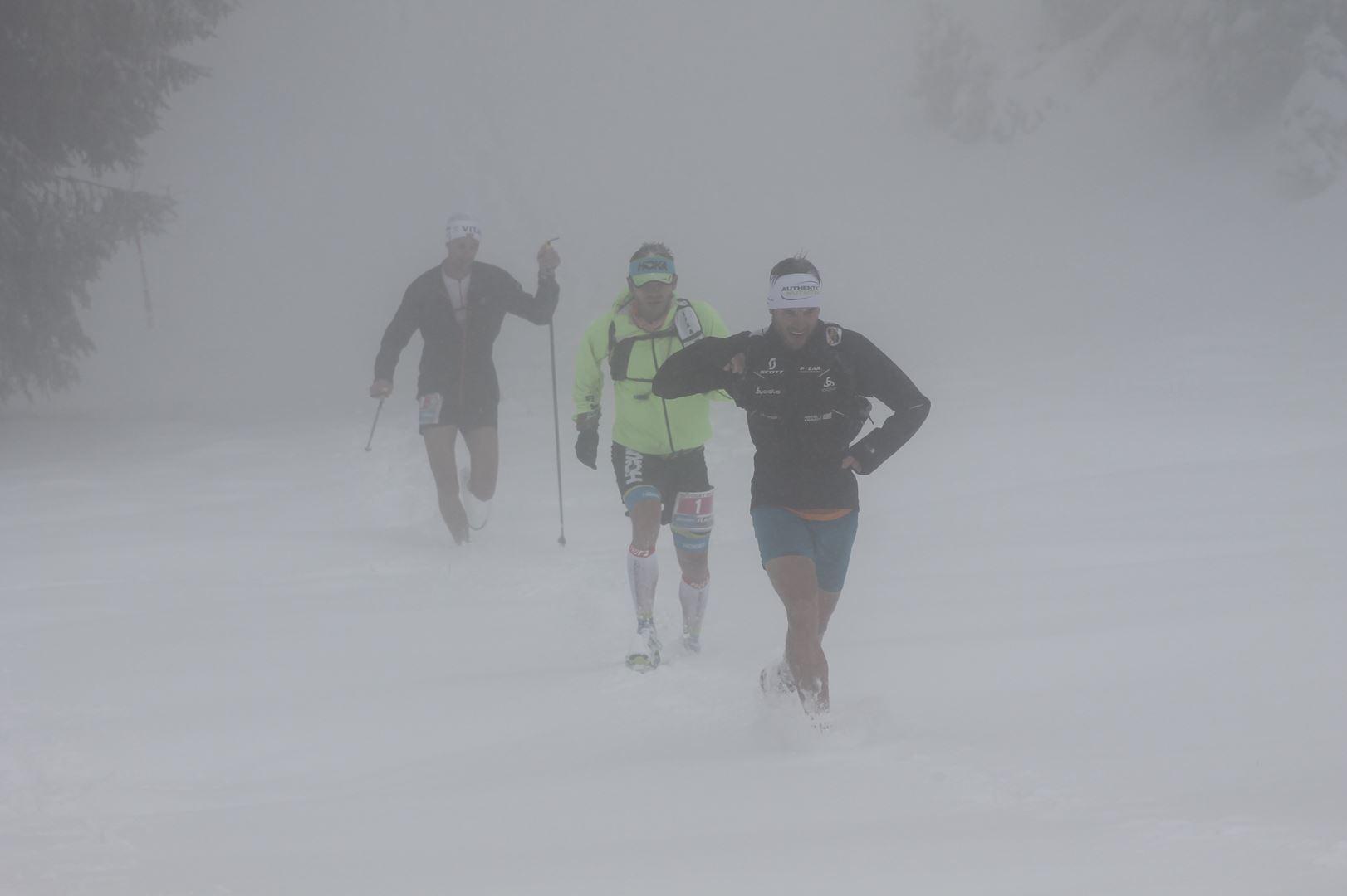 Le trio de tête sous le Mont Revard - RESULTATS, COMPTE RENDU, PHOTOS ET VIDEOS DU TRAIL NIVOLET REVARD / 01-05-16