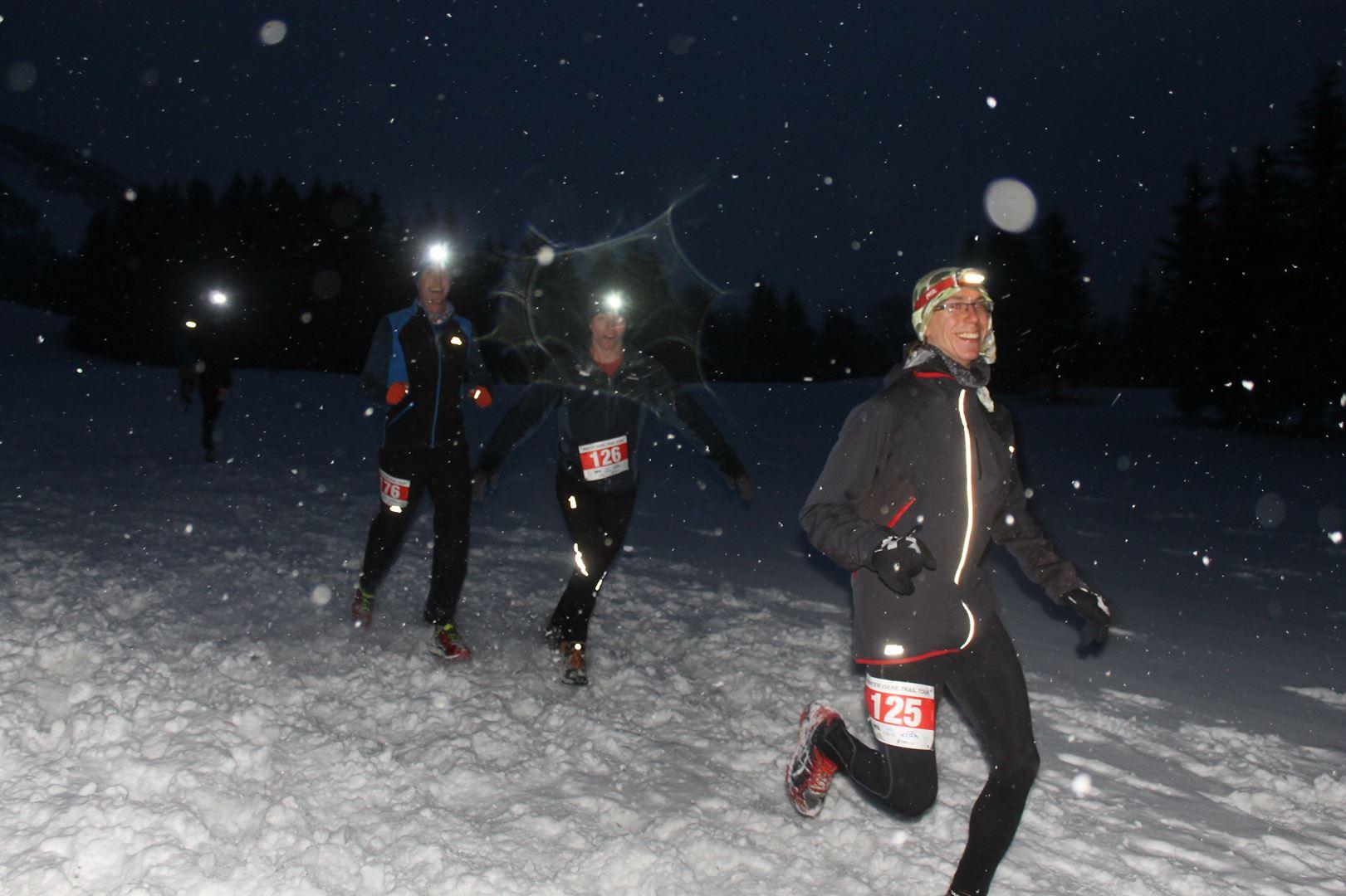 groupe en descente sur le 2ème tour du 16km - RESULTATS , COMMENTAIRES ET PHOTOS DU TRAIL BLANC DE LANS EN VERCORS (38) 04-03-2017