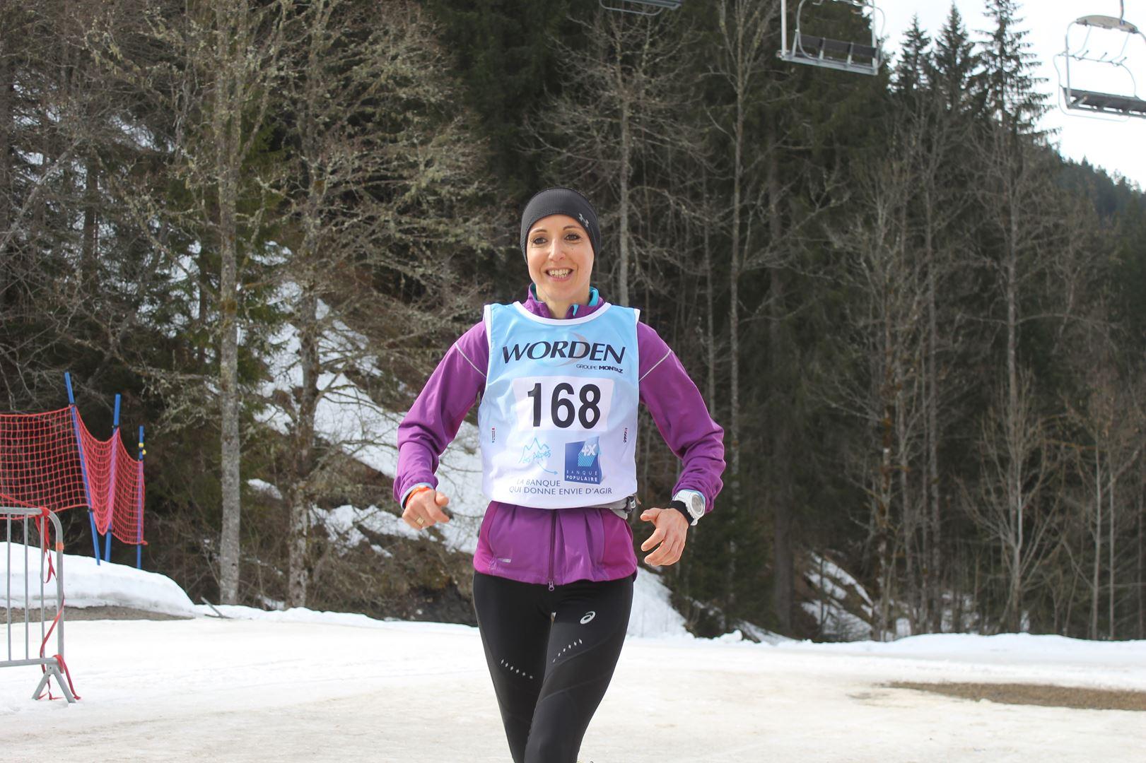 Arrivée heureuse de Mélina Muffat 2ème femme - RESULTATS ET REPORTAGE SUR LA 8EME EDITION DE l'ARAVIS SNOW TRAIL  (LA GIETTAZ 73)