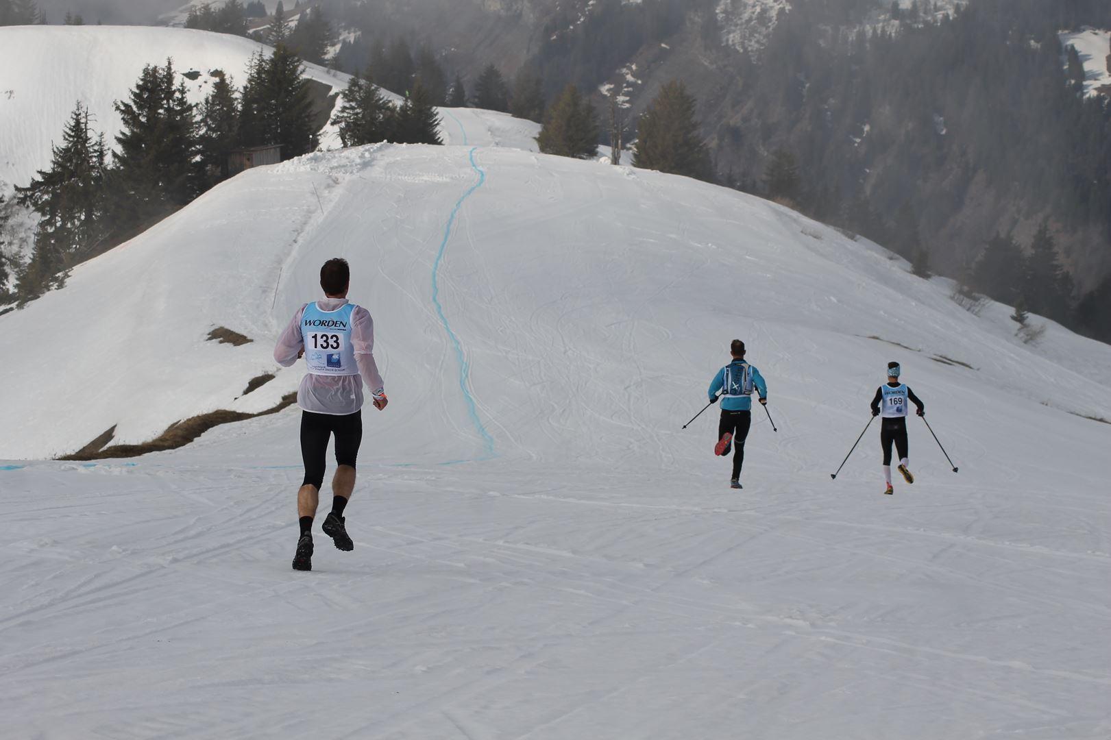Coureurs en descente après la Torraz - RESULTATS ET REPORTAGE SUR LA 8EME EDITION DE l'ARAVIS SNOW TRAIL  (LA GIETTAZ 73)