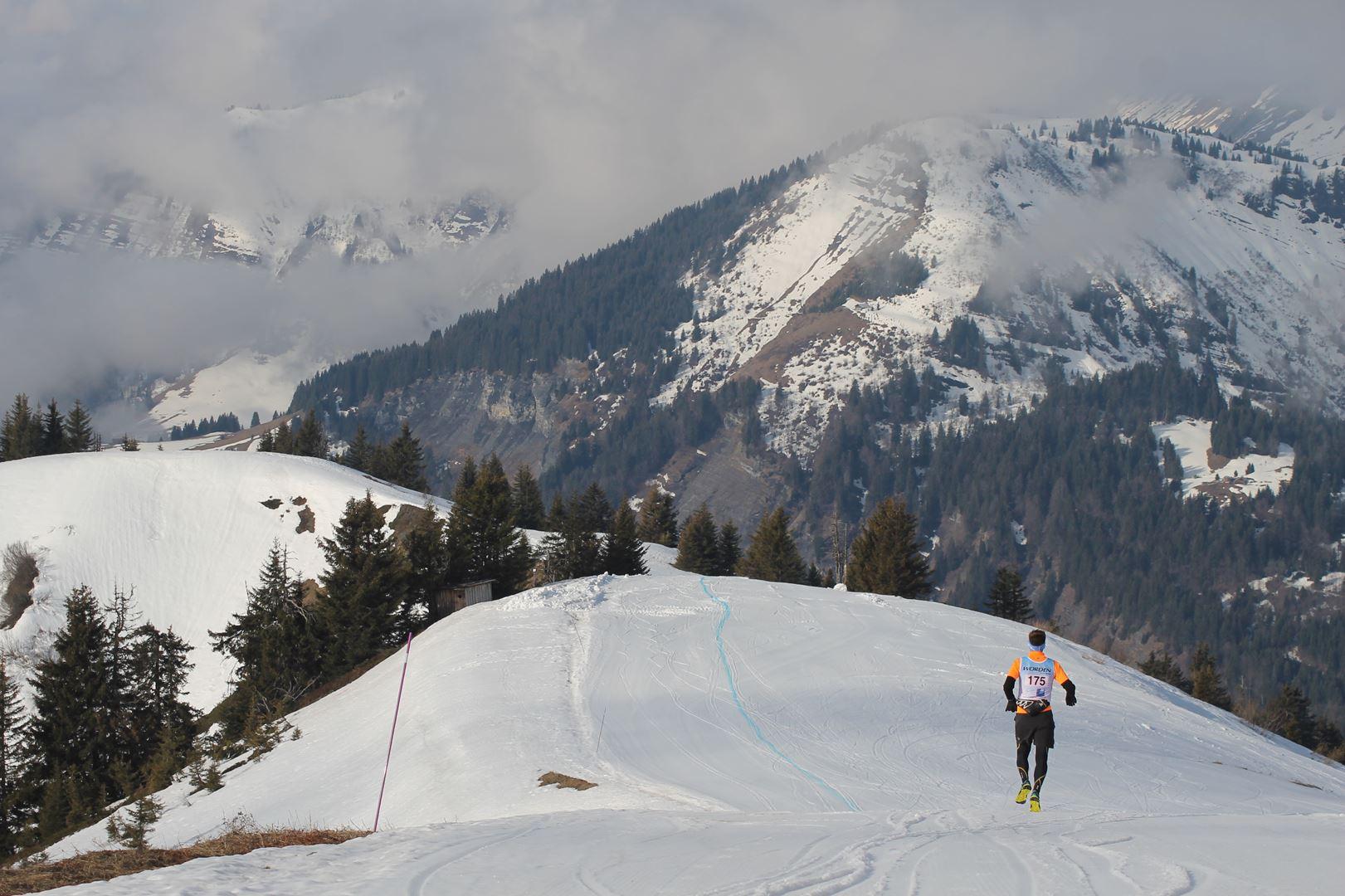 vue sur le passage au sommet - RESULTATS ET REPORTAGE SUR LA 8EME EDITION DE l'ARAVIS SNOW TRAIL  (LA GIETTAZ 73)