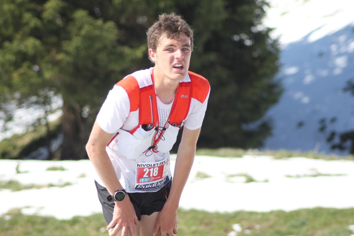 Nathan Jovet attend la descente avec impatience e1497051051275 - TRAIL PORTRAIT - NATHAN JOVET (SALOMON FRANCE)