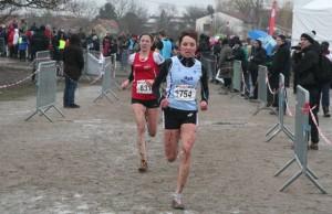 1f1e9cafc6 300x194 - Laura Miclo (en bleu), 3ème sur le cross court des Championnats Interrégionaux Centre-Est, le 10 février dernier.